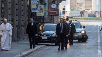 """Photo of Il Papa a piedi in via del Corso: va a pregare davanti al crocifisso che salvò Roma dalla """"Grande peste"""""""